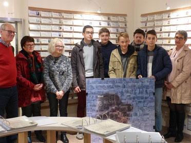 Exposition temporaire du 1er prix départemental du CNRD 2013-2014 (catégorie : travail collectif). Photographie de la remise du prix au Mémorial en présence des 5 lauréates et de leur professeur.