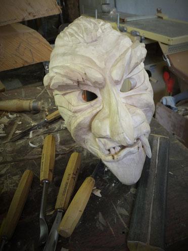 Individuelle und in handarbeit geschnitzte Holzmaseken