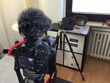 Zwei DSLR-Kameras wovon eine Kamera ein Video filmt und die andere Kamera ein Foto schießt
