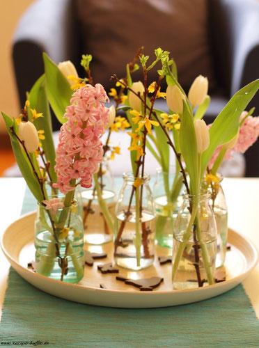 Tablett mit Frühlingsblumen
