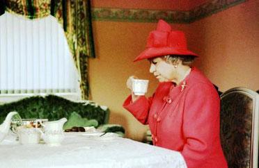 regina Elisabetta II afternoon tea tea del pomeriggio Londra