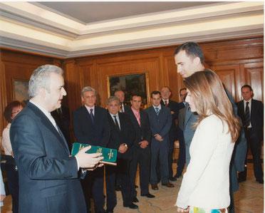 Con los presidentes de las Asociaciones de Libreros Anticuarios españolas entregando a los actuales Reyes de España un libro por el nacimiento de la Infanta Leonor