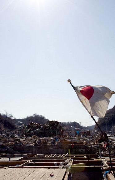宮城県女川町中心地に国旗がたっていた