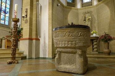 romanischer Taufstein in der St. Cyriakus-Kirche