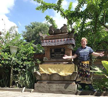 Höflichkeit und Pflicht zugleich ist das Tragen des traditionellen Sarongs in jedem Tempel in Bali