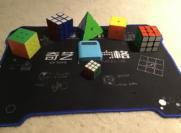 """Foto: @cr, Ausrüstung zum Speedcuben mit entsprechenden Cubes für einen """"normalen"""" Speedcuber"""