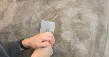 Stucc Fein Die geseifte Oberfläche mit Druck verpressen.