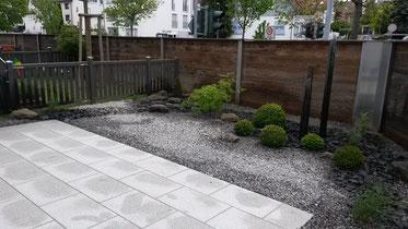 Betonplatten Terrasse mit anschließendem Steingarten