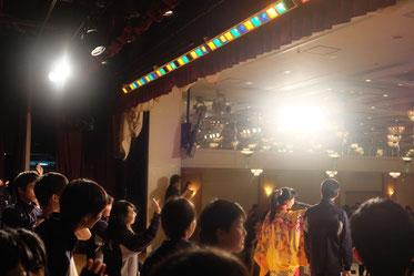 ステージの上でカチャーシー講習を受ける生徒さん