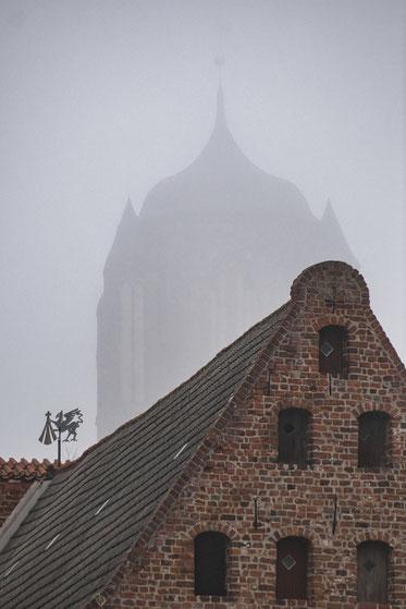 sankt st jacobi hansestadt stralsund nebel herbst november mecklenburg vopommern heimatlicht fotografie geschichte heimat ostsee urlaub ausflug moody