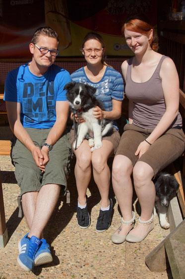 Sunnys neue Besitzerin Nicole (Mitte) mit Bruder und Freundin