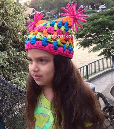 Gorro cuadrado con pompones tejido en trapillo con crochet XL