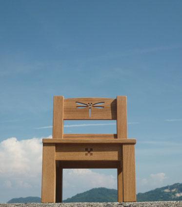 トンボの切り抜き模様のある椅子