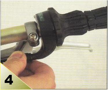 Toujours sur le petit pignon, controlez la tension du câble et retendez-le si besoin. Sans déplacer le dérailleur vers le 2eme pignon, desserer la bride du câble et tirer sur celui-ci husqu'à ce qu'il n'y ait plus de mou. Resserer la bride.