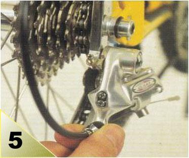 Le dérailleur sur le petit pignon, pédalez et passez au cran du 2eme pignon. Si le cable ne monte pas, tendez le câble à l'aide du tendeur sur le dérailleur jusqu'au complet passage. Si , la chaîne passe au delà du 2eme pignon, détendez le câble.