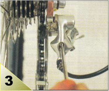 La chaîne sur le petit pignon et le galet supérieur du dérailleur doivent être parfaitement alignés. Si ce n'est pas le cas, vissez ou dévissez la vis de butée externe qui est placée en haut à l'arrière.