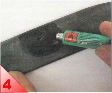 Etalez une fine couche de dissolution sur une surface supérieure à la taille de votre rustine. Laissez sécher jusqu'à ce quelle ne colle plus au doigt. Pour cette étape de la réparation, il vaut mieux attendre trop longtemps que pas assez.