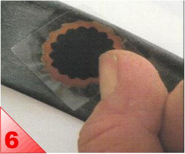 Posez-là sur le trou et pressez avec l'ongle ou un objet arrondi. Fendez et décollez le plastique support. Vous pouvez éventuellement le laisser dessus.