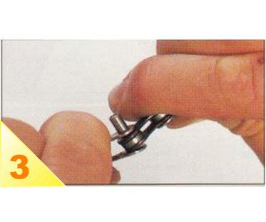 Dévissez et enlevez le dérive-chaîne. Faites jouer latéralement la chaîne pour écarter les plaques