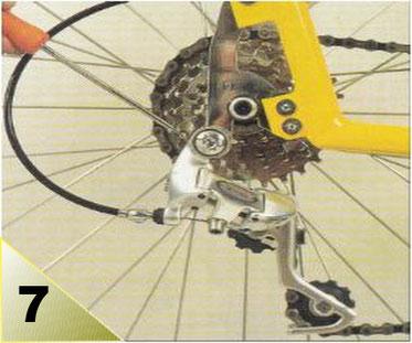 Si le passage sur le grand pignon reste difficile ou bruyant, le galet supérieur est trop proche du pignon et ne permet pas à la chaîne d'éviter facilement celui-ci. Vous devez augmenter la tension du ressort de rappel en vissant sa vis.