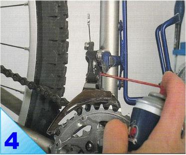 Le dérailleur avant est très exposé aux projections de roue arrière. Huilez ses articulations et son éventuel guide câble sous le boitier de pédalier.