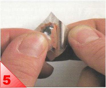 Choisissez une rustine d'une surface suffisante pour recouvrir largement le trou. Otez le papieralu de protectionde la rustine.