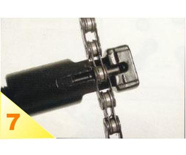 Placez le dérive-chaîne comme nous l'avons vu. Vissez jusqu'à complète introduction du pion dans la chaîne.