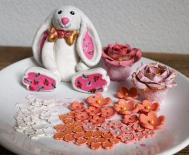 Ich konnte natürlich nicht nur einen Hasen vorbereiten, sondern auch ein paar Rosen aus Modelliermasse und Blumen aus Fondant.