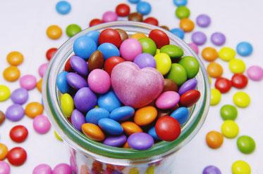 ピンクの花々のアレンジメント。カーネーション、バラ、ガーベラ、マーガレット。