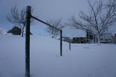 静まり返った公園。風雪に耐える鉄棒