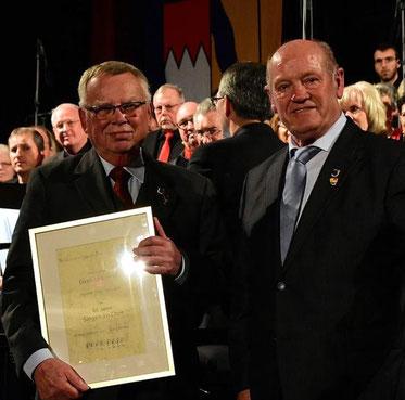 Ehrung Tenor Paul Seltsam 65J -  durch FSB-Vizepräsident Paul Kolb - 2017