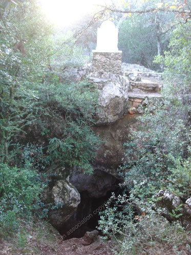 L'entrée de la grotte et la première stèle de 1945
