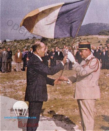 Remise officielle du Fanion du camp Lafayette par Guy STALENQ au commandant du camp militaire de Canjuers.