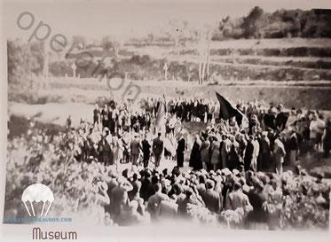 Unique photo connue à ce jour de l'inauguration de la stèle des 3 parachutistes tués à l'entrée du village. (Photo Famille Barret).