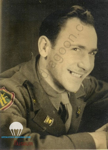 Tony Di PIETRO, en 1945, sur son épaule l'insigne du XXem Corps, et au col l'insigne du 508em bataillon de la Military Police.