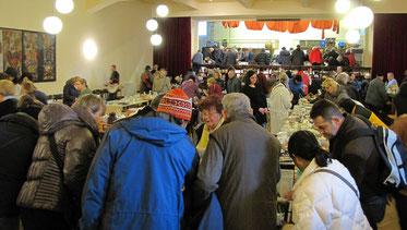 Beim Frühlings Flohmarkt gab es eine große Auswahl an Büchern, Geschirr, Gläser, Besteck, Schüsseln, Vasen, Kunst & Krempel, Küchen- und kleine Elektrogeräte. Der Besucher Andrang war wieder groß.