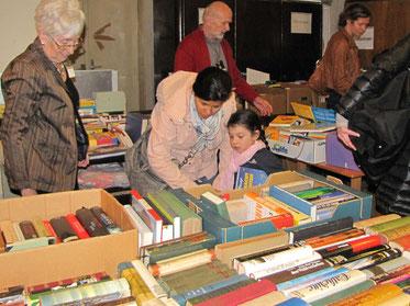 Es gab eine große Auswahl an Büchern, Geschirr, Gläser, Besteck, Schüsseln, Vasen, Kunst & Krempel, Küchen- und kleine Elektrogeräte.