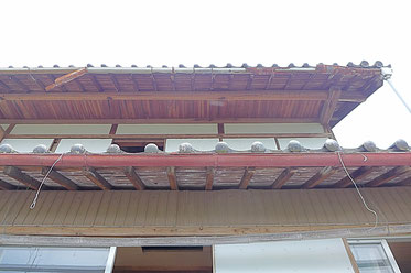 下屋と大屋根の軒天でも仕上げが異なる