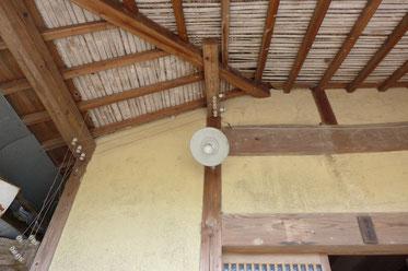 玄関部分の軒天(下屋の見上げ)は藁を竹で抑えた納まり