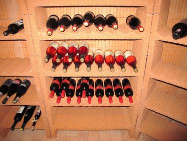 Weinkeller mit Weinregal und verschiedenen Weinsorten.