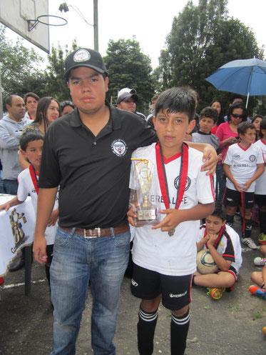 Santiago Paredes, recibe trofeo al más destacado del 2012 en Categoría sub-12, recibe trofeo en compañía de Santiago Chemas C.