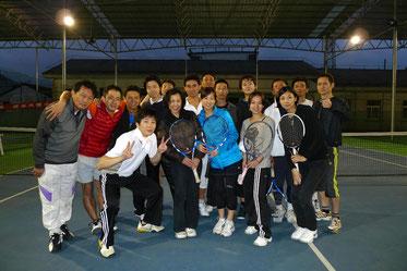 休日はテニス仲間と一緒に、リラックスして楽しみます。