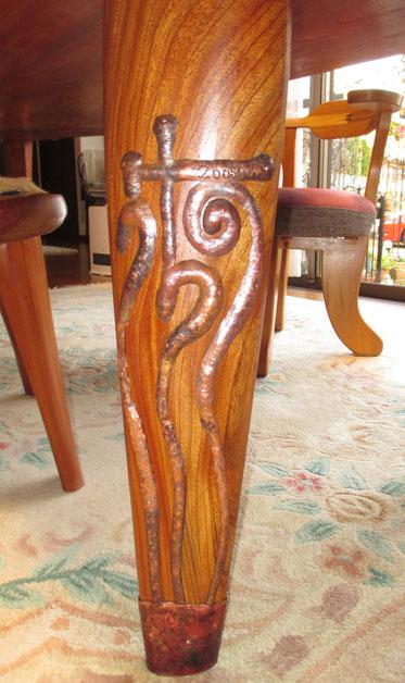 テーブルの足(銅板)の名入れ