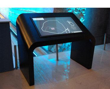Table tactile pour la Fashion Week  au Musée du Louvre