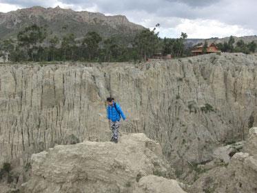 この下、かなりの崖なんです。