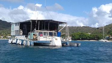Katamaran als Hausboot umgebaut, auch eine Idee