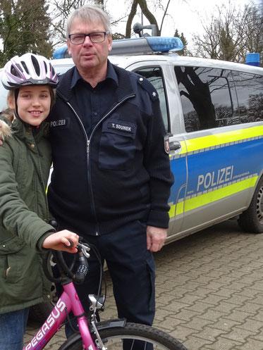 Lilli aus der Klasse 4d und alle weiteren Kinder und Lehrer bedanken sich ganz herzlich bei unserem Verkehrspolizisten für die tatkräftige Unterstützung!!!