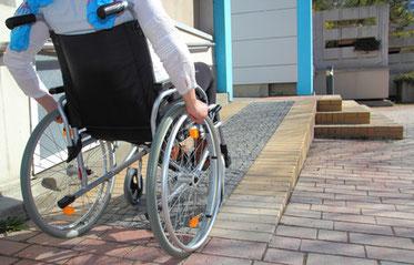 Kinderwagen-, Rollator- und Rollstuhlfahrerrampe zur erreichbarkeit der Haustür