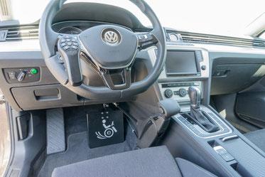 behindertengerechter Volkswagen Passat Kombi, MFD, Handgerät für Gas und Bremse, Sodermanns