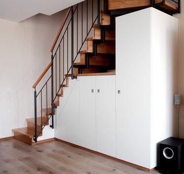 Einbauschrank unter Treppe in weiß und Buchedekor